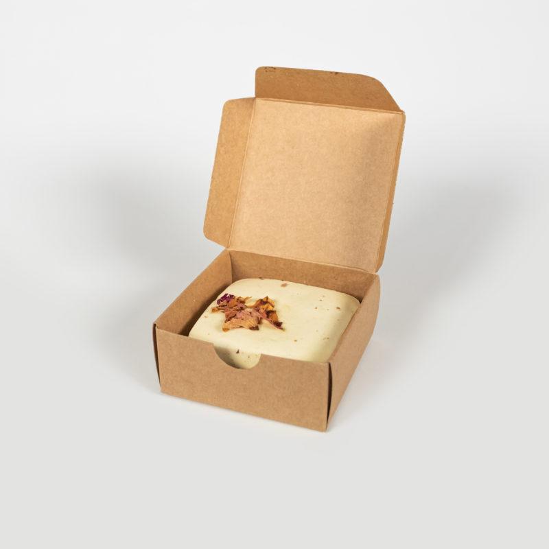 Luonnokkaan ruusu-suola-saippua kauniisti auki olevassa paketissa.